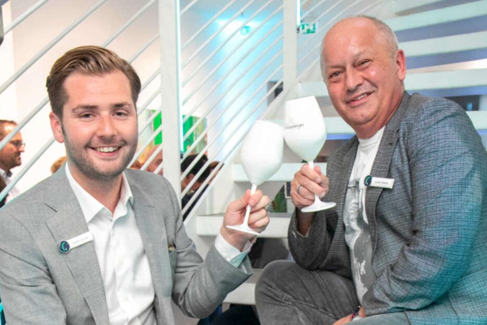 """Jochen Reichel (52, r.) stößt mit seinem Geschäftspartner Sandro Struck (29) auf die Eröffnung des Dresdner """"respect""""-Büros an."""