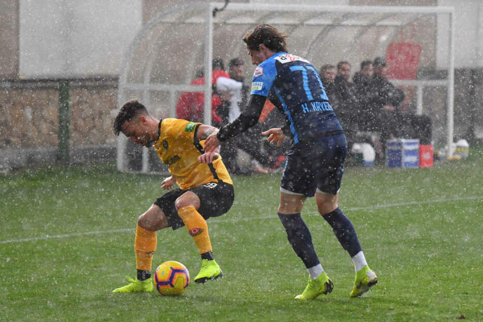Sascha Horvath (l.) schirmt den Ball gegen den Regen und den Zürcher Hekuran Kryeziu ab.