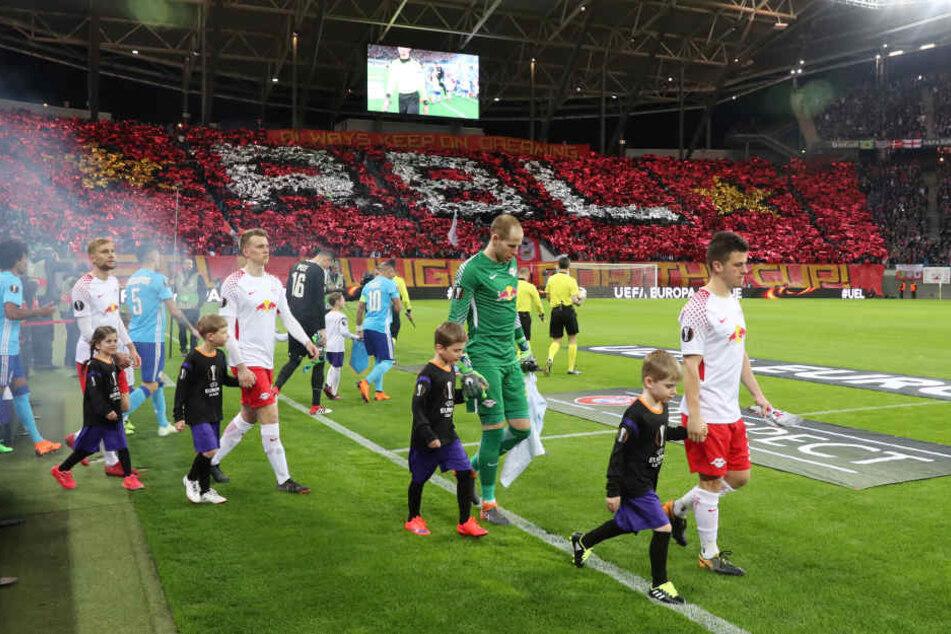 Diego Demme (r.), der die Mannschaft wegen Willi Orbans Gelbsperre ersatzweise als Kapitän aufs Feld führte, war von der Fan-Choreographie beeindruckt.