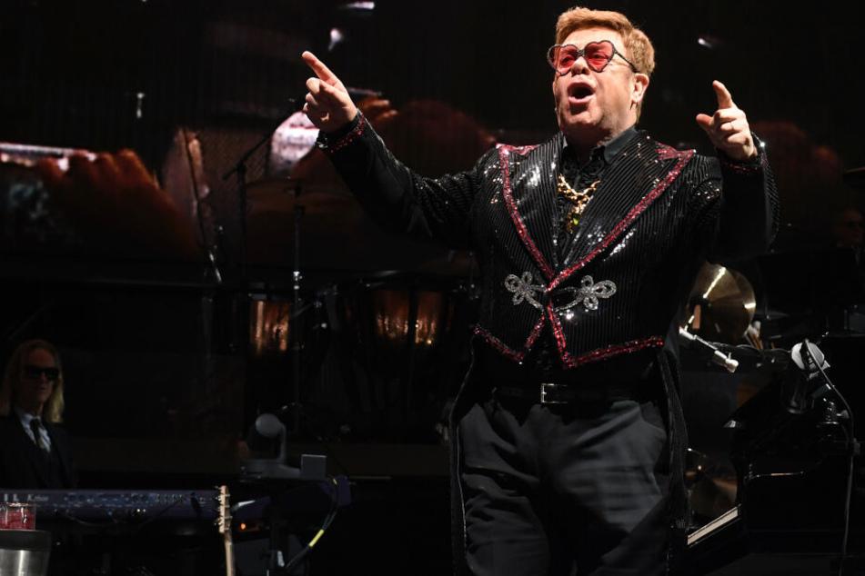 """Der britische Sänger, Komponist und Pianist, Sir Elton John steht bei seinem Zusatzkonzert seiner Show """"Farewell yellow brick road"""" auf der Bühne in der ausverkaufen Olympiahalle."""