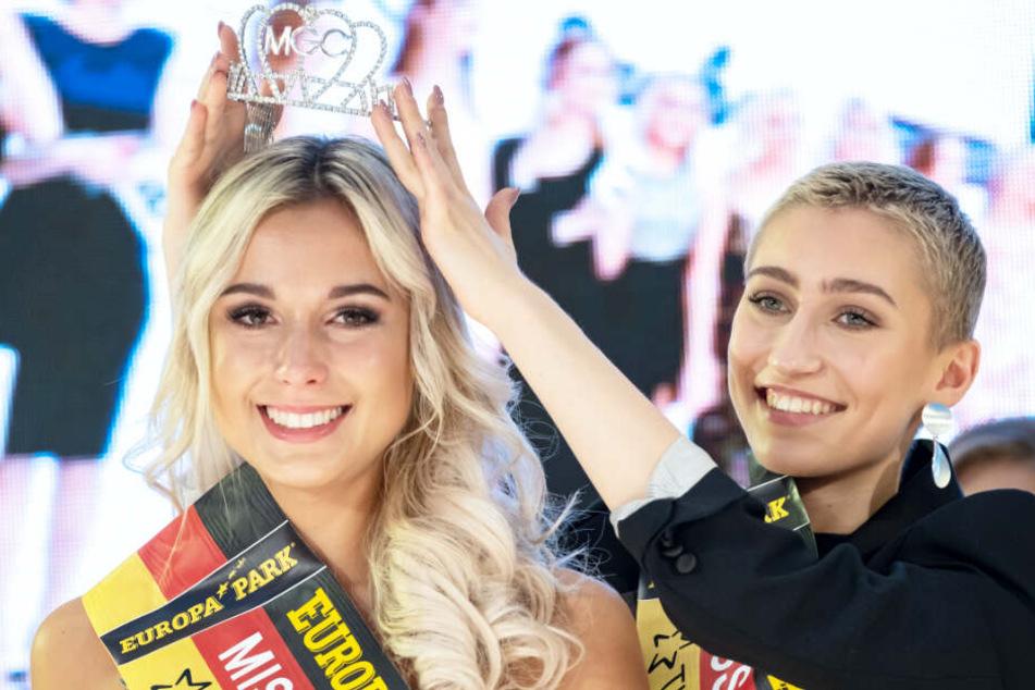 """Sarah Wipperfürth (links) bekommt von der ehemaligen """"Miss Niedersachsen 2018"""", Ioanna Palamarcuk, ihre Krone aufgesetzt."""