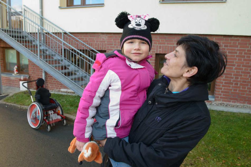 Das tapfere Duo braucht jetzt Hilfe: Jana Heinicke (37) braucht für den Alltag mit ihrer Tochter Sina-Sophie (5) dringend ein Auto.