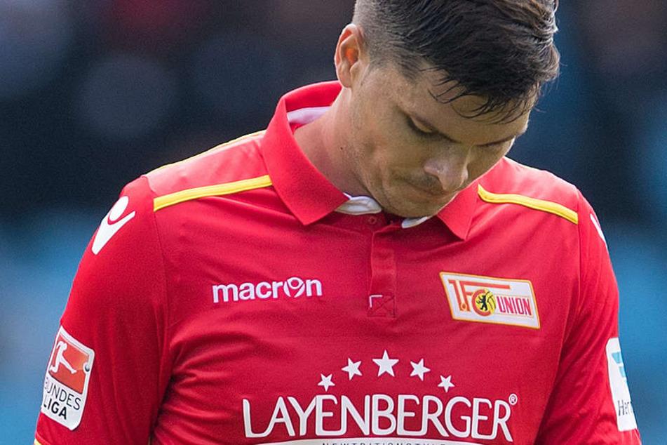 Ein niedergeschlagener Fabian Schönheim nach der Partie gegen VfL Bochum.