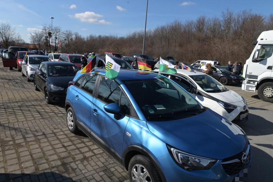 Querdenken-Autokorso rollt von Dresden nach Leipzig
