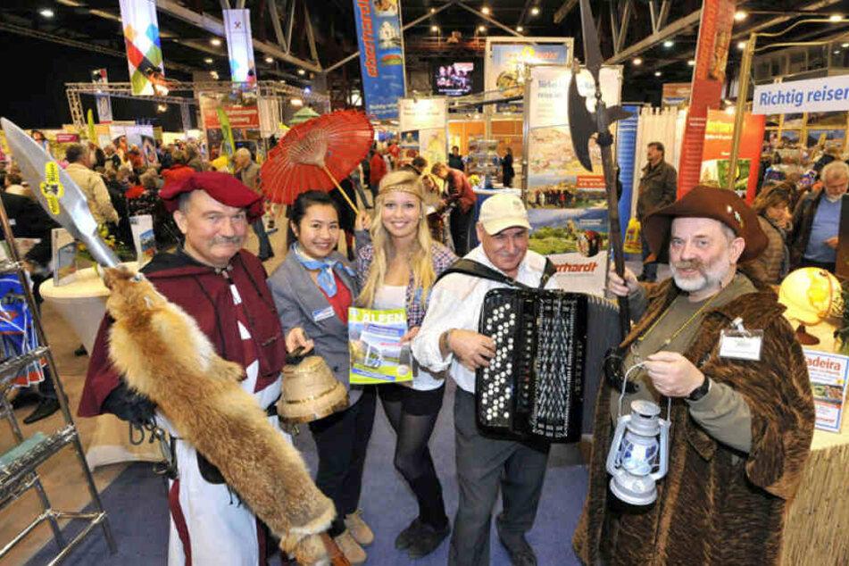 Auf der Reisemesse stimmen Veranstalter das Publikum mit passender Tracht auf exotische Länder oder an urige Ziele in der Heimat ein.