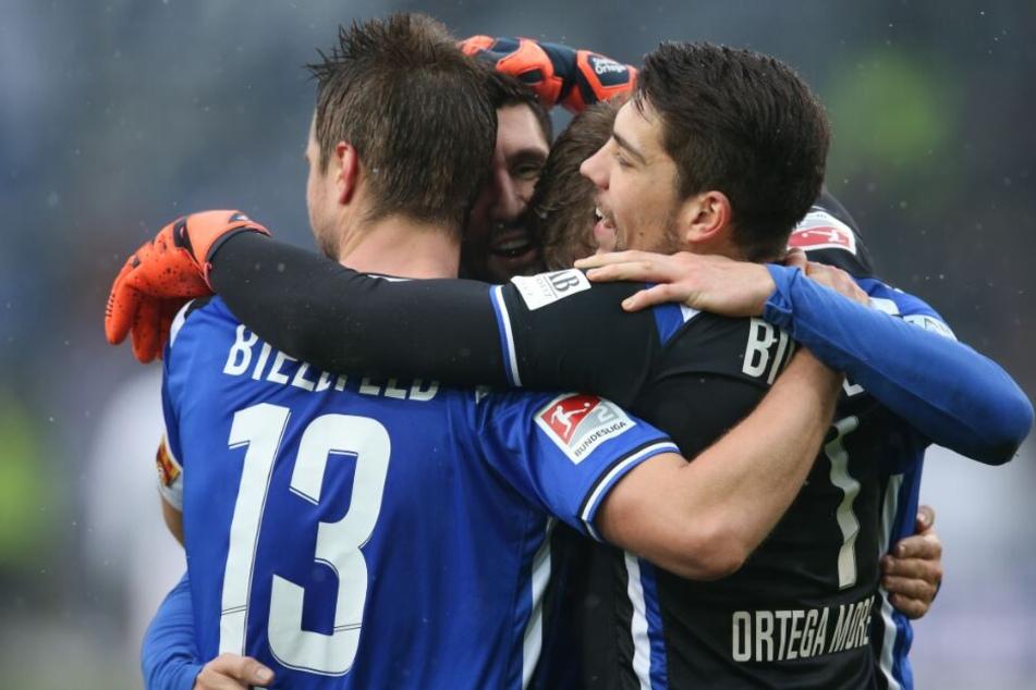 Auch beim Jahn Regensburg möchten die Spieler von Arminia Bielefeld wieder jubeln.