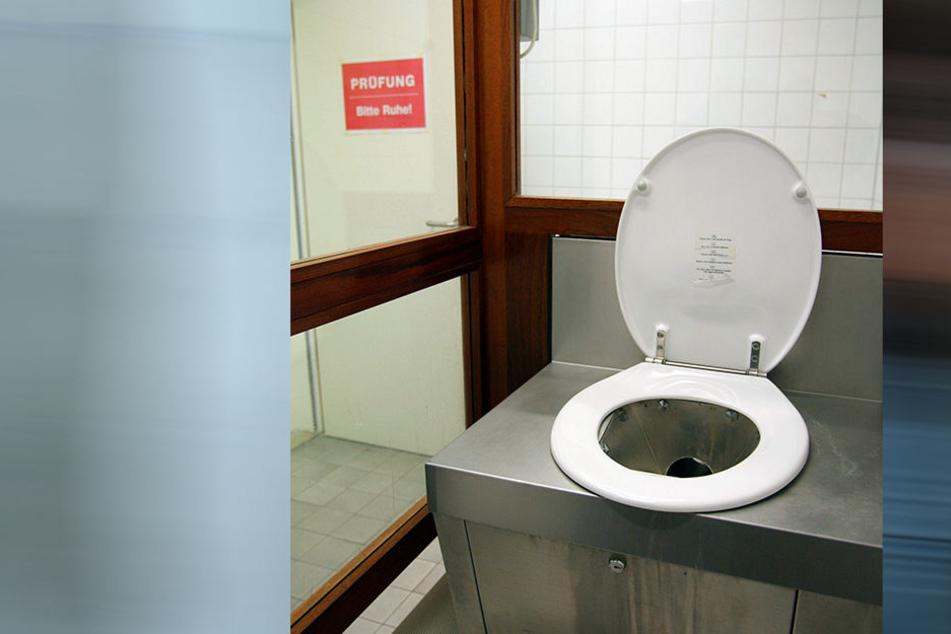 """Es gibt sogenannte """"Schluckertoiletten"""" - hier eine Spezialtoilette für Drogenschmuggler im Zollfahndungsamt auf dem Flughafen Frankfurt."""