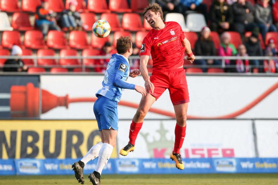 Ronny König (r., hier bei einem Kopfball vor Meppens Florian Egerer) ist fürs Kaiserslautern-Spiel gesperrt.