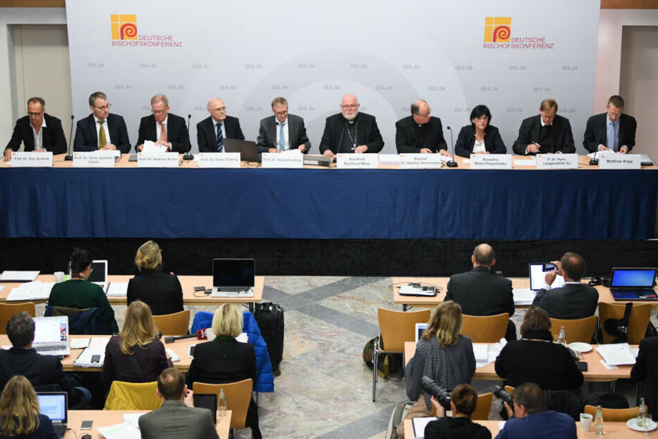 Kardinal Reinhard Marx (M), Vorsitzender der Deutschen Bischofskonferenz, bei der Vorstellung der Missbrauchsstudie. (Archivbild)