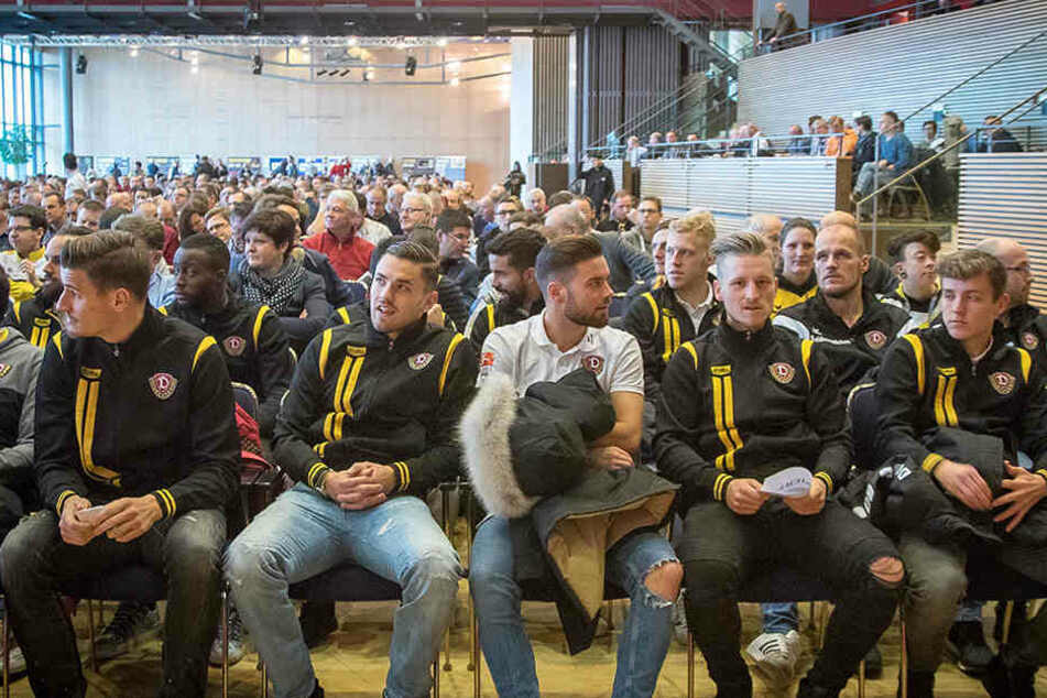 Auch die Mannschaft kam zur Mitgliederversammlung auf einen kurzen Besuch und  wurde mit Applaus verabschiedet.