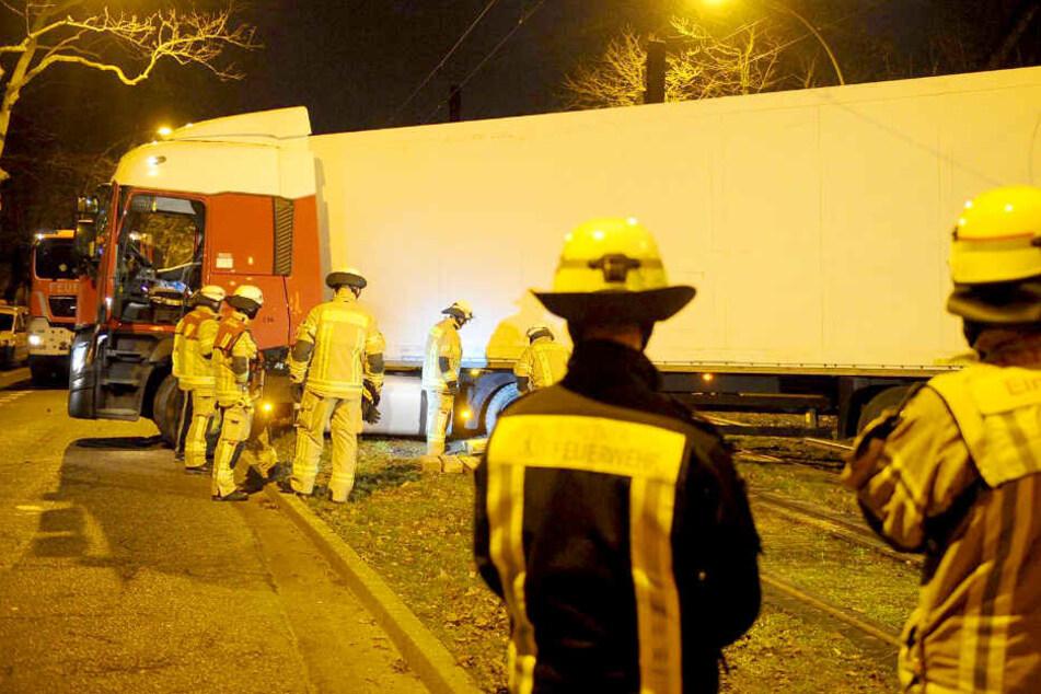 Der Technische Dienst der Feuerwehr musste den Laster zurück auf die Fahrbahn ziehen.
