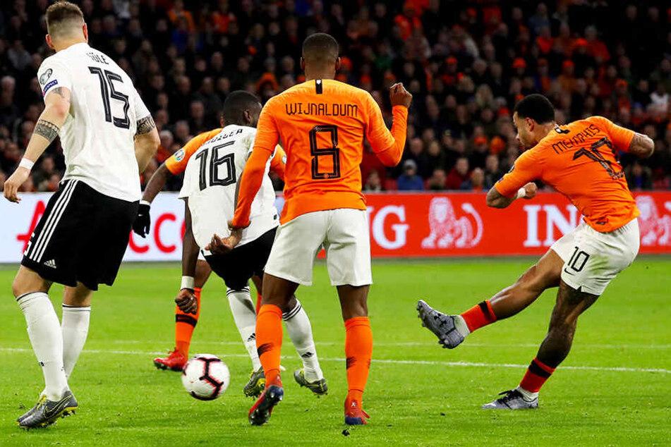 """Hollands starker Angreifer Memphis Depay (r.) trifft mit einem verdeckten Schuss zum 2:2-Ausgleich für die """"Elftal""""."""
