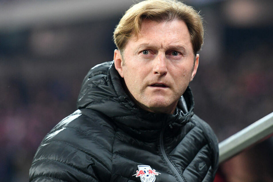 RB-Trainer Ralph Hasenhüttl blickt etwas besorgt in Richtung Ingolstadt-Spiel. Der Vizemeister-Titel ist für ihn das erklärte Saisonziel.