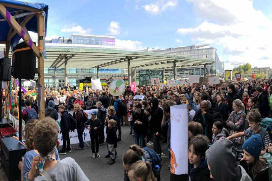Kurz bevor die Demonstranten los gelaufen sind, war am Hauptbahnhof die Hölle los.