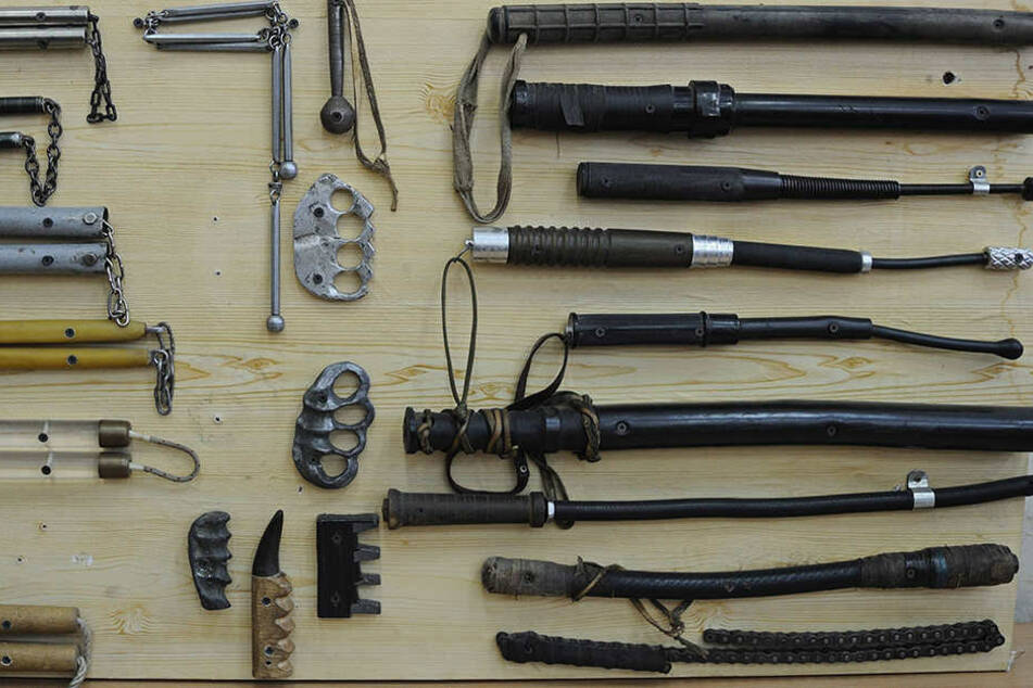 Die Polizei hat bei einem Erzgebirgler Schlagringe und Schlagstöcke wie diese sichergestellt.