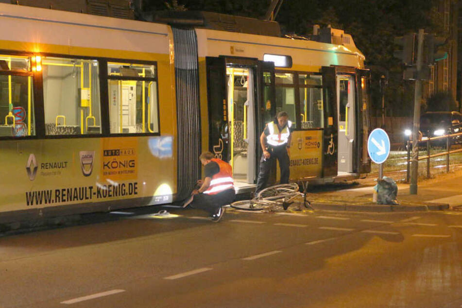 Die Unfallstelle wird vermessen und dokumentiert.