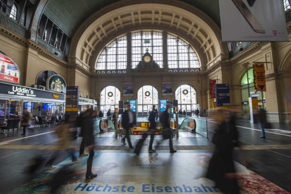 Mann sticht auf Menschen im Hauptbahnhof ein