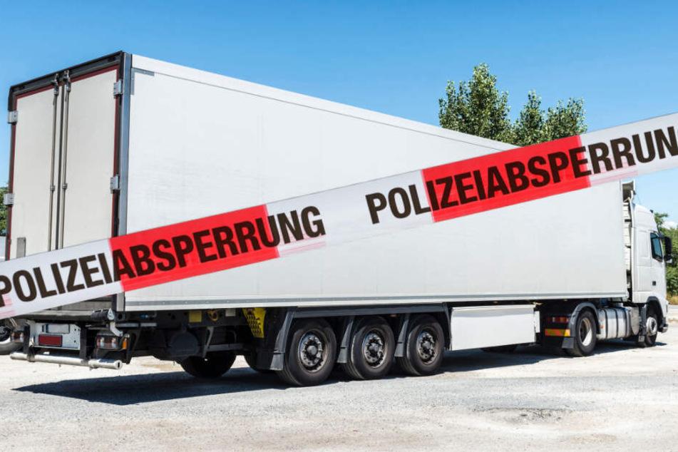 In seinem Führerhaus ist ein 59-jähriger Lastwagenfahrer entdeckt worden. (Bildmontage)
