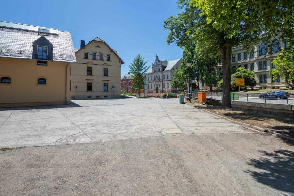 Alles ist vorbereitet, selbst das Rathaus ist geschmückt für die große Feier. Doch die fehlenden Fahrgeschäfte trüben die Stimmung.