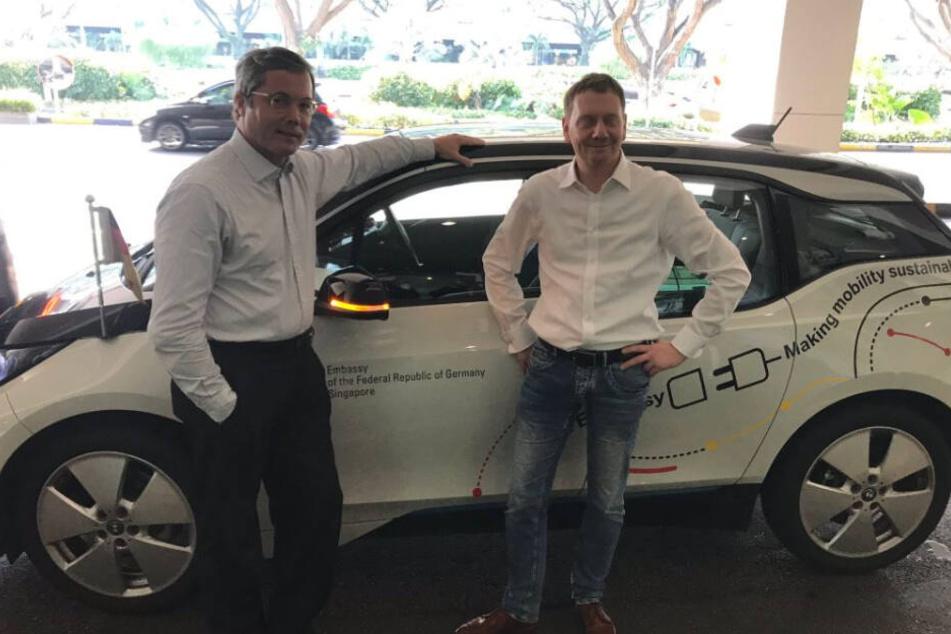 Schöne Überraschung am Flughafen. Der deutsche Botschafter Ulrich Sante (l.) holte Michael Kretschmer mit einem Elektro-BMW ab - gebaut in Sachsen.