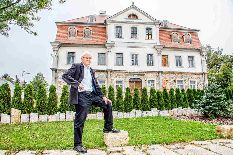 Der Leutersdorfer Bürgermeister und Noch-Schlossherr Bruno Scholze (74, CDU) sucht einen Käufer, der das Schloss Leutersdorf wieder mit Leben füllt.