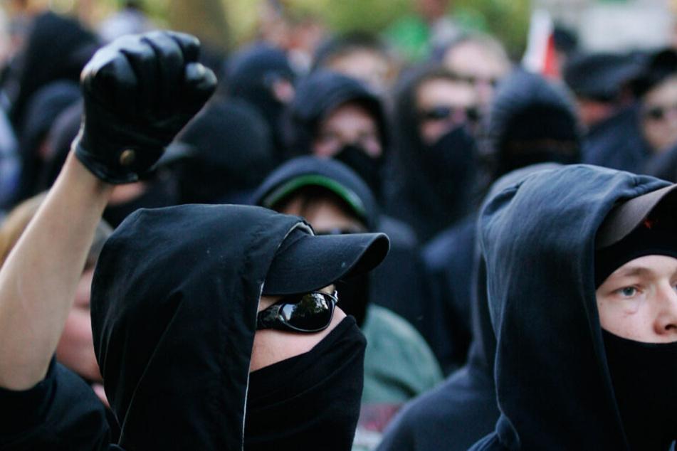 Etwa 50 Personen sollen zu der angreifenden Gruppe gehört haben. (Symbolbild)