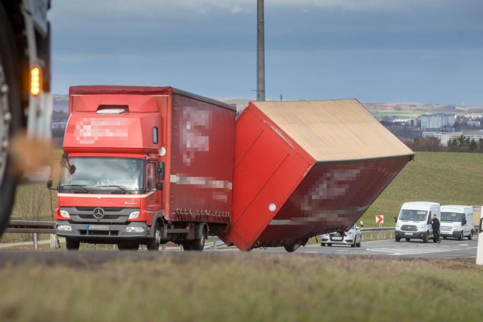 Der Anhänger des Lasters kippte aufgrund des starken Windes um.