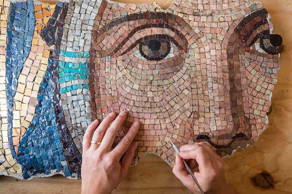 In feinster Handarbeit wird das riesige Mosaik restauriert.