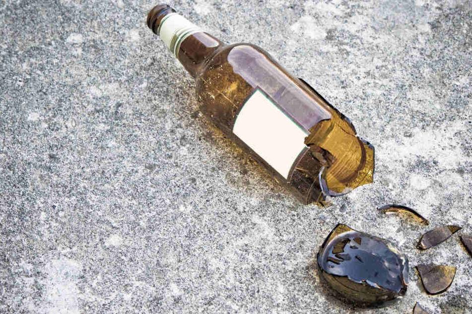 Andere Gäste bewarf sie mit einer Flasche. (Symbolbild)