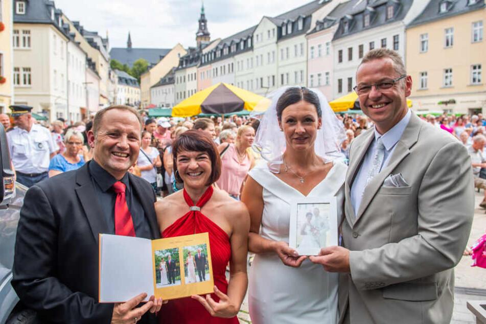 Herausforderer Andreas Franke (48, l.) und Ehefrau Mandy (39) freuen sich gemeinsam mit Bürgermeister Ingo Seifert (49) und Ehefrau Cindy (43).