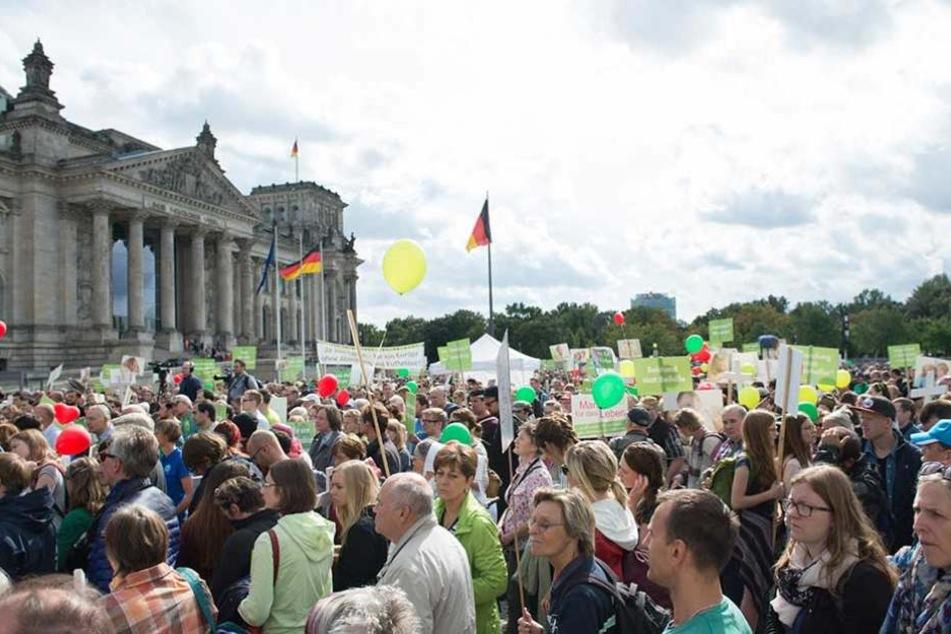"""Beim """"Marsch für das Leben"""" versammelten sich Abtreibungsgegner am Sonnabend in Berlin vor dem Reichstag."""