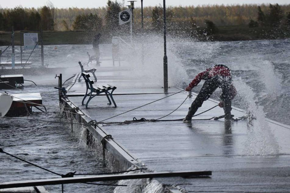 Am Leipziger Cospudener See versuchte man mit aller Kraft die Boot festzuziehen.