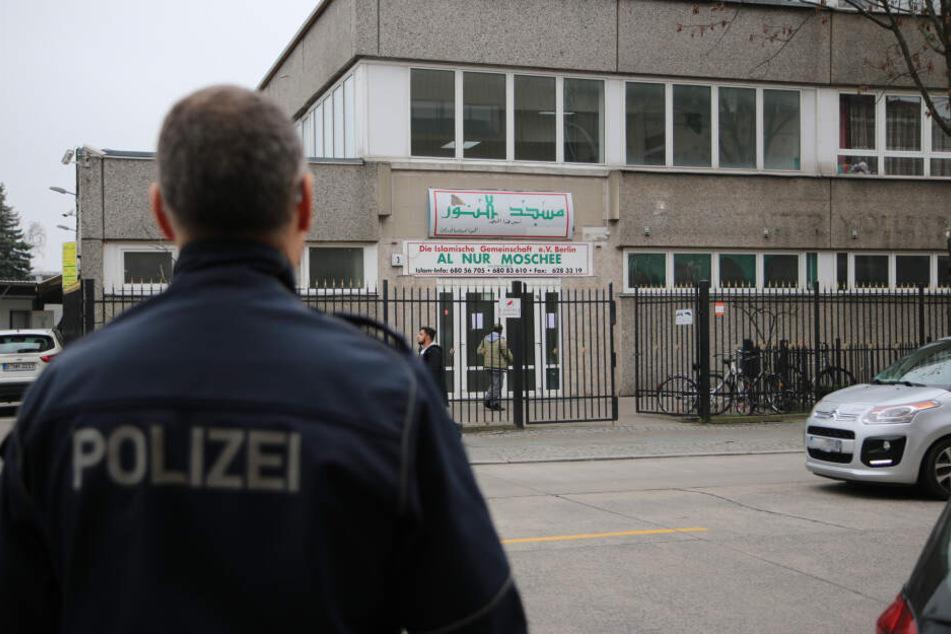 Die bekannte Al Nur Moschee wird während des Freitagsgebets von einem Polizisten geschützt.