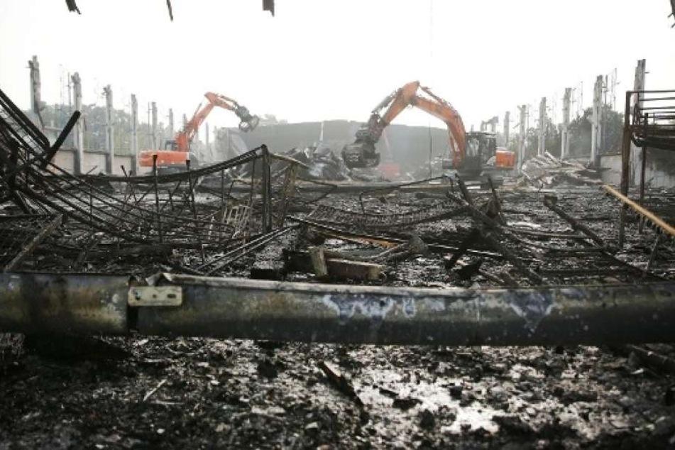 Ein Bagger ist in der Nacht zum Dienstag in Leipzig ausgebrannt. Wenig später brannten zwei Autos (Symbolbild).
