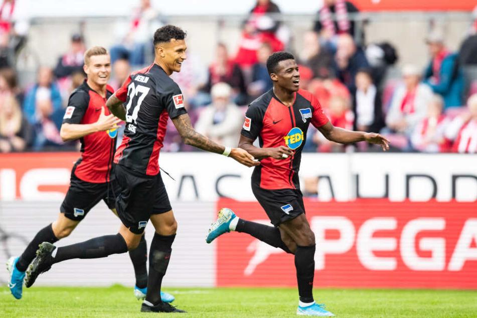 Javairo Dilrosun (r.) trifft zum 1:0 für Hertha BSC.