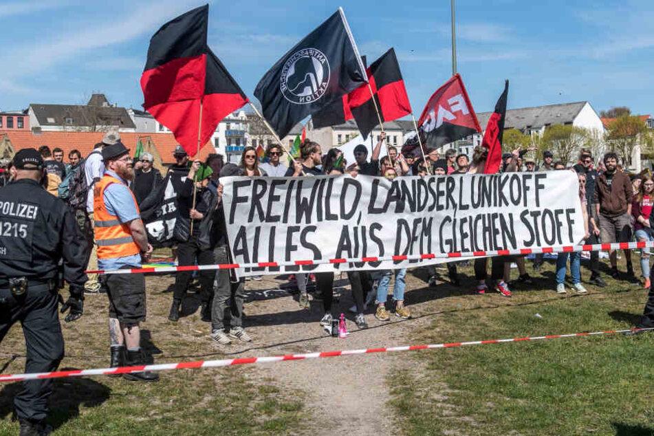 Demonstranten protestieren lautstark gegen ein Fanfest und ein kurzes Konzert der umstrittenen Südtiroler Deutschrock-Band Frei.Wild.