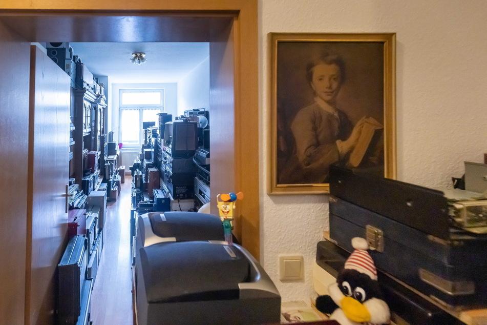 Seine Wohnung teilt sich Jürgen Maroe (65) mit unzähligen Rundfunkgeräten aus der DDR.