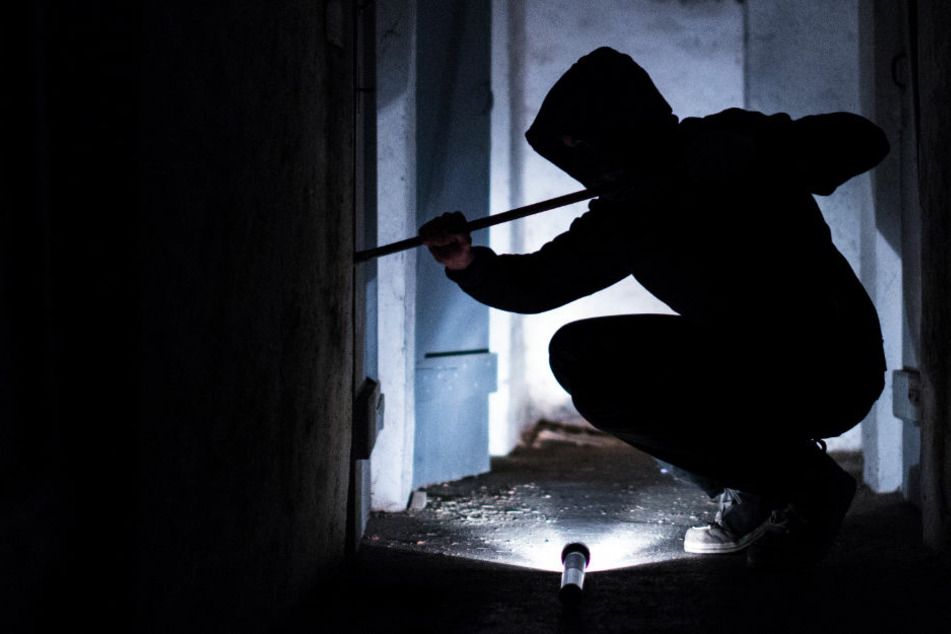 Im Schutz der Dunkelheit können die Einbrecher ohne Zeugen in die Wohnungen gelangen. (Symbolbild)