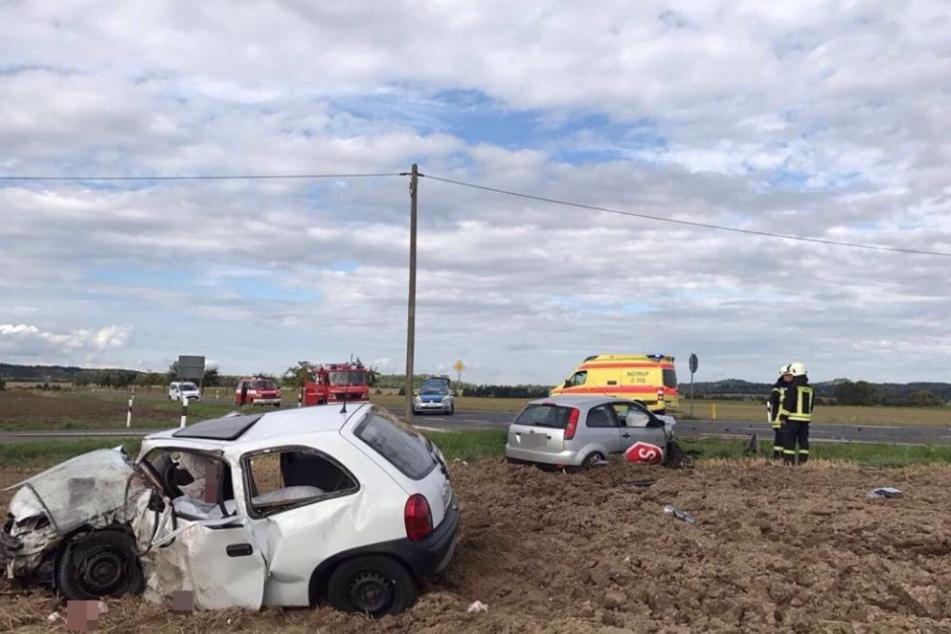Bei dem heftigen Zusammenprall bei Böhlitz (Landkreis Leipzig) wurde ein 18-Jähriger in seinem Opel Corsa eingeklemmt und getötet.