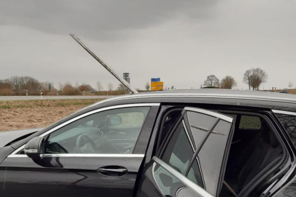 Das Glasdach des Autos wurde durchbohrt.