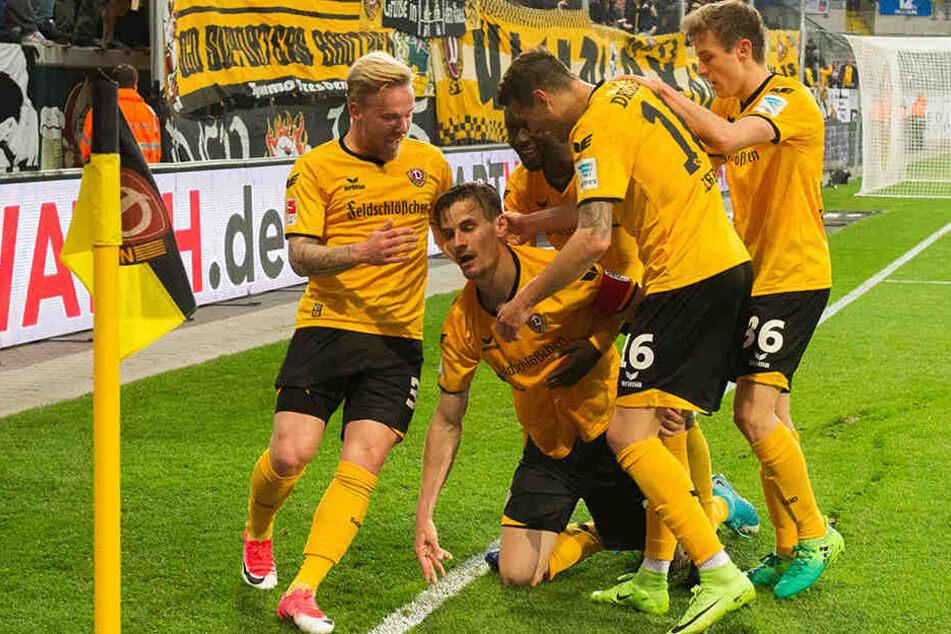 Schwarz-gelber Jubelhaufen und Siegtorschütze Stefan Kutschke auf Knien mittendrin.