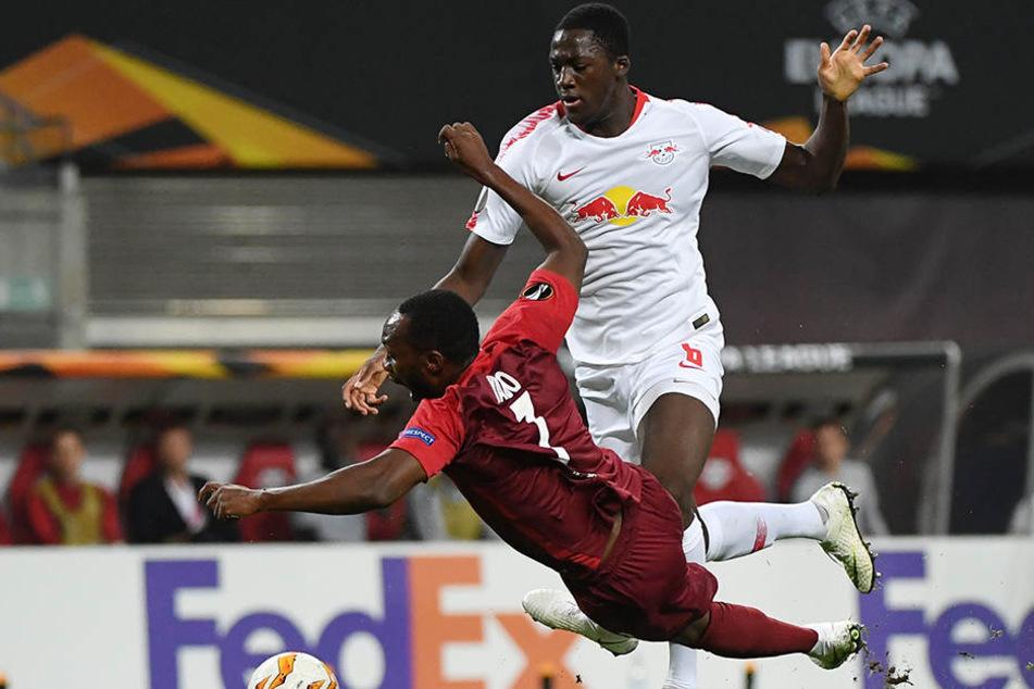 Der erste kapitale Fehler von Ibrahima Konaté: Dem Innenverteidiger rutschte ein Zuspiel durch die Beine, beim anschließenden Rettungsversuch hat er Glück, dass der Schiedsrichter nicht auf Foul entschieden hat.