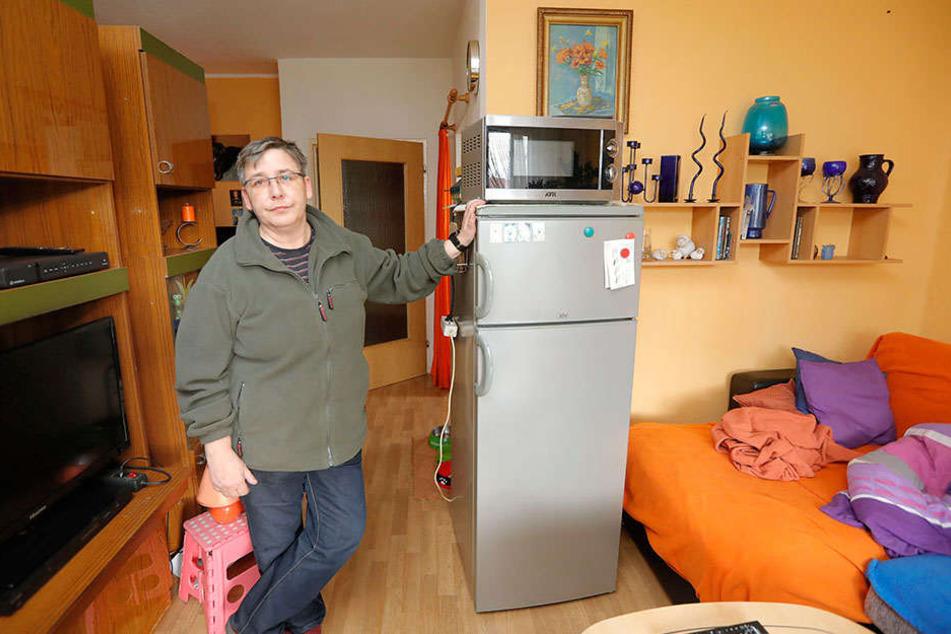 Das Schlafsofa rechts ist noch feucht, den Kühlschrank und die Mikrowelle konnte Sabine Schmidt (51) ins Wohnzimmer retten.