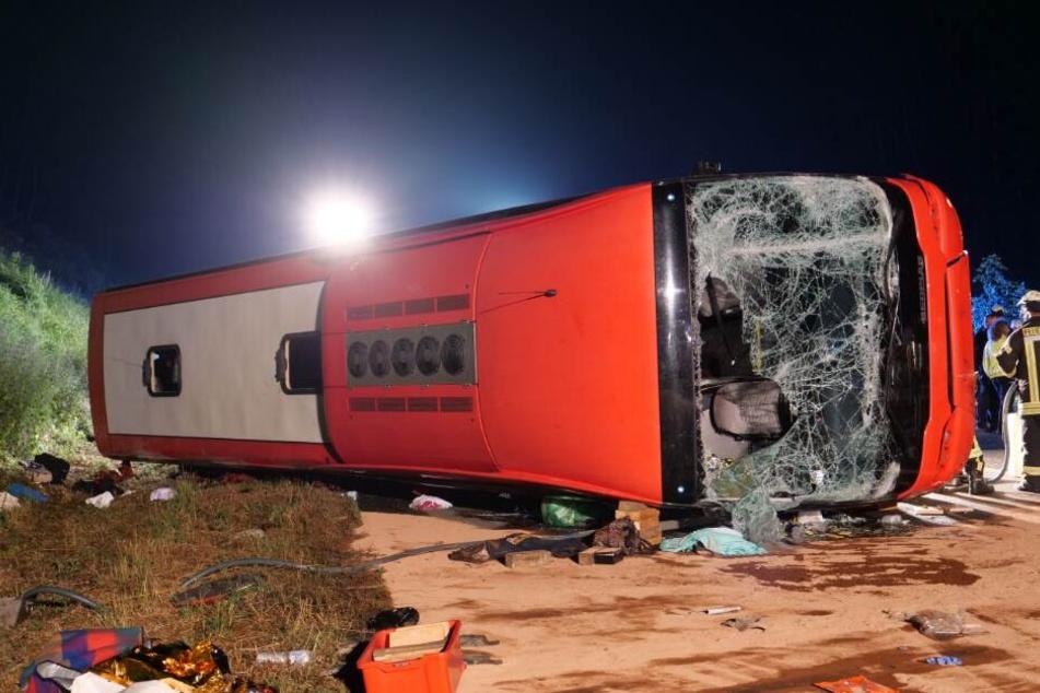Bei dem Unfall war der Bus auf die Seite gekracht.