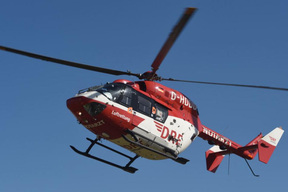 Der 28-Jährige stürzte einen Abhang hinunter. Mit einem Rettungshubschrauber wurde er ins Krankenhaus gebracht. (Symbolbild)