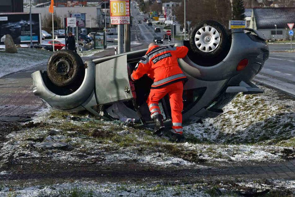 Der VW überschlug sich und blieb auf dem Dach liegen.