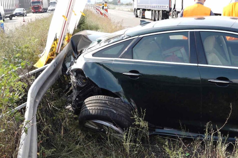 Der Fahrer des Autos sah den ankommenden Lkw und rettete sich in eine Lücke der Nebenfahrbahn.