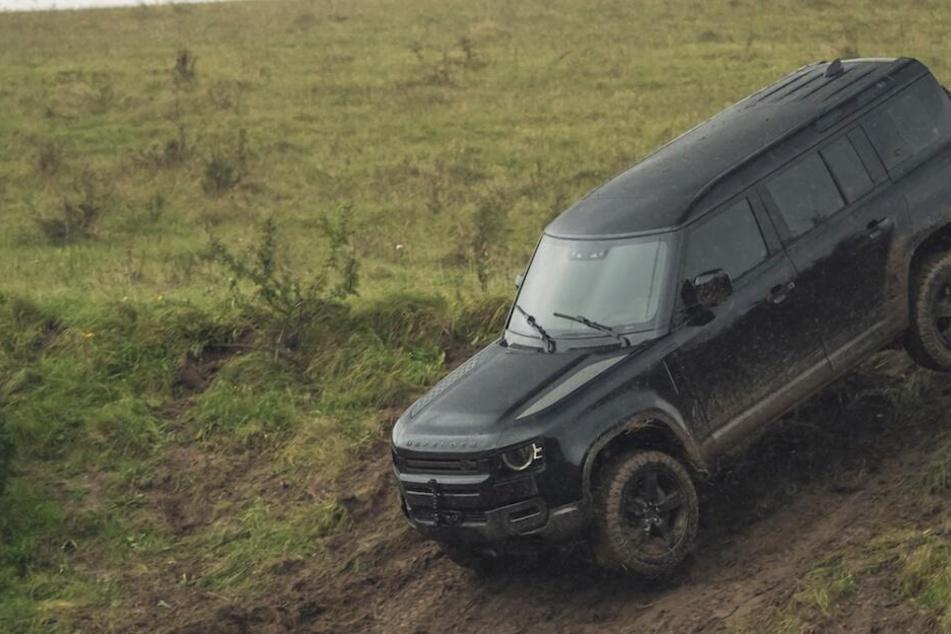 """Der neue Land Rover Defender im Einsatz beim Dreh für den neuen """"James Bond""""."""