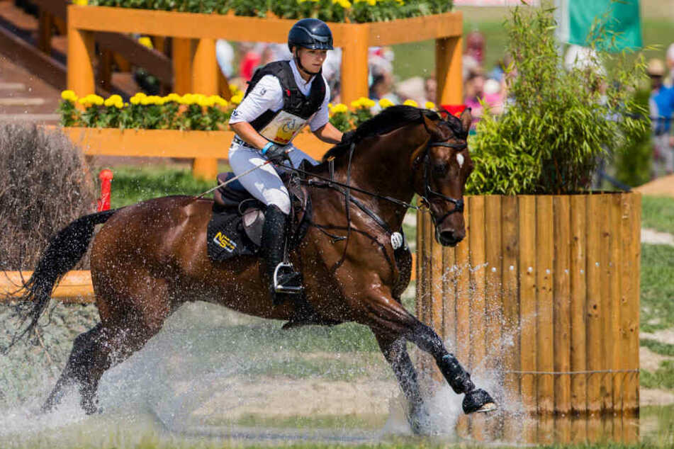 Die deutsche Reiterin Julia Krajewski auf dem Pferd Chipmunk überspringt ein Hindernis. Sie gewann den Wettbewerb, jetzt reitet Michael Jung den Hannoveraner Wallach.