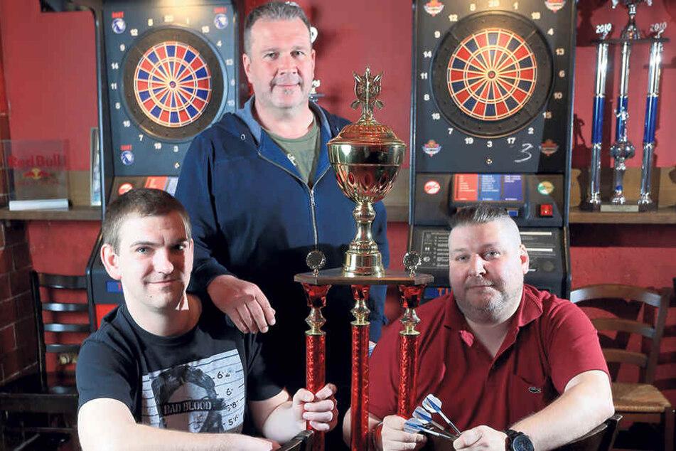 Kersten Müller (50, M.), Lars Dittbrenner (32, l.) und Frank Ittershagen (39)  vom Chemnitzer E-Darts-Team sind fit für Las  Vegas.